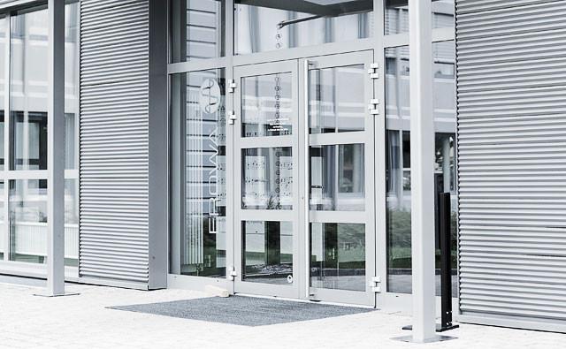 t ren in aluminium ein willkommenes eingangsdetail metallbau b hlmann ag. Black Bedroom Furniture Sets. Home Design Ideas
